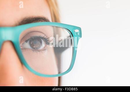 Porträt der jungen Frau mit Brille im studio - Stockfoto