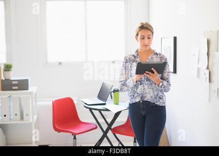 Junge Frau, die im Büro arbeiten - Stockfoto