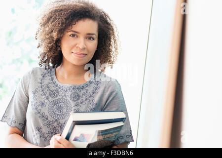 Porträt der jungen Frau mit Bücher - Stockfoto