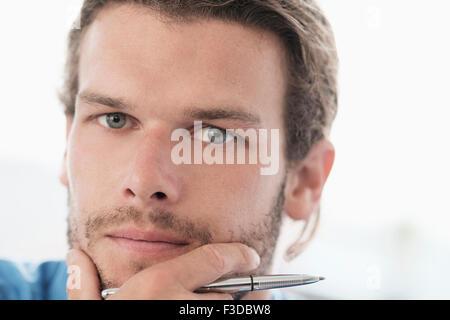 Porträt des mittleren Erwachsenenalter Geschäftsmann mit Stift - Stockfoto