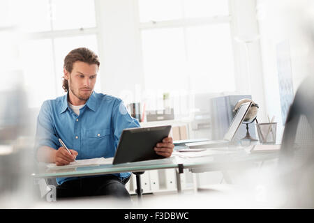 Mittleren Erwachsenenalter Geschäftsmann arbeiten im Büro - Stockfoto