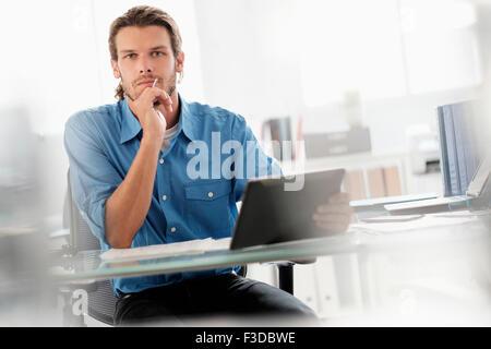 Porträt des mittleren Erwachsenenalter Geschäftsmann arbeiten im Büro - Stockfoto