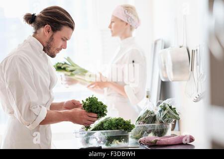 Köche arbeiten in Küche - Stockfoto