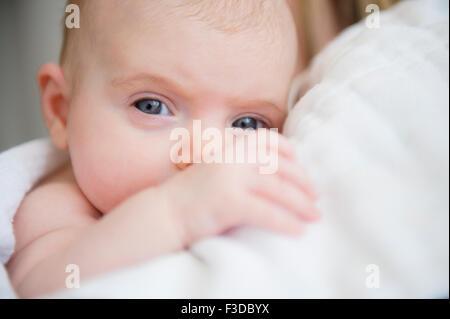 Porträt des Mädchens (2-5 Monate) im Arm der Mutter - Stockfoto