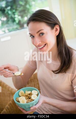 Frau zu Hause essen gesundes Frühstück