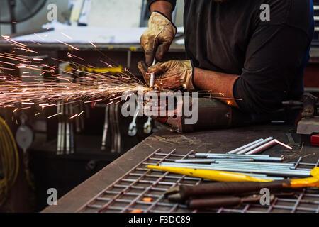 Mann mit Kreissäge in Werkstatt - Stockfoto