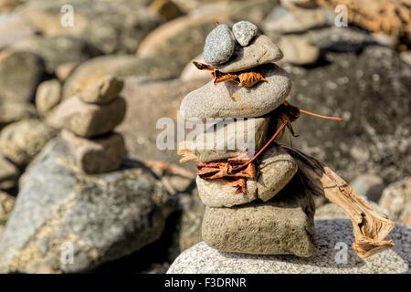 Nahaufnahme von stone Cairns auf den Strand von Stanley Park auf den Pazifik, Vancouver, Britisch-Kolumbien, Kanada, Nordamerika.