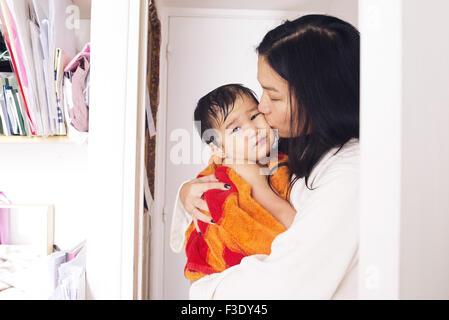 Mutter tröstlich jungen Sohn nach einem Bad - Stockfoto
