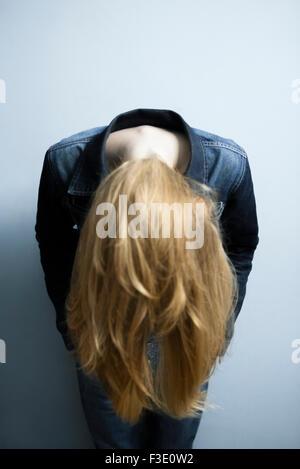Frau führt nach vorne lassen lange blonde Haare hängen lose - Stockfoto