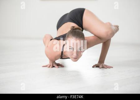 In voller Länge Portrait von attraktiven Frau Yoga Übungen im Fitness-Studio - Stockfoto
