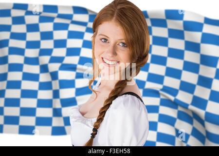 Zusammengesetztes Bild des Oktoberfest Mädchen lächelnd in die Kamera - Stockfoto