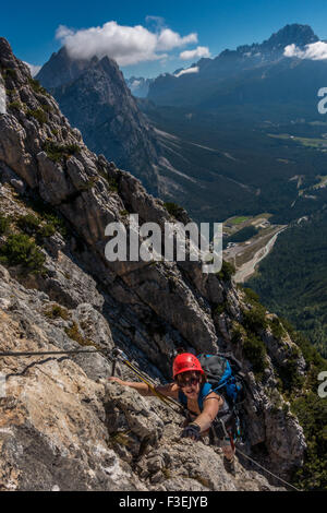 Bergsteiger auf den Ettore Bovero Klettersteig mit Blick in Richtung Cortina im Tal von Col Rosa (Dolomiten, Italien) - Stockfoto
