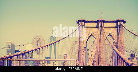 Jahrgang gefiltert Panoramaaufnahme der Brooklyn Bridge in New York City, USA - Stockfoto