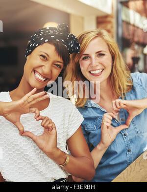 Glückliche Freundinnen viel Spaß, beste Freunde - Stockfoto