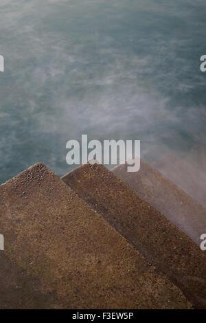 Wellen Waschen über Schritte bei Ilfracombe, North Devon, England, UK - Stockfoto