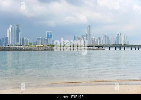 Panama-Stadt Wolkenkratzer-Skyline betrachtet von einem Strand an der Pazifikküste, Panama, Mittelamerika - Stockfoto