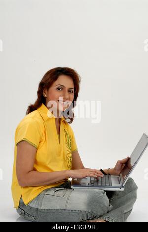 Indische erwachsenen Frau Arbeiten am Laptop weißen Hintergrund Herr #682 m-Rmm 123431 - Stockfoto