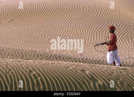 Rajasthani Musiker Rawanhathha Wandern in der Wüste; Bikaner; Rajasthani; Indien - Stockfoto