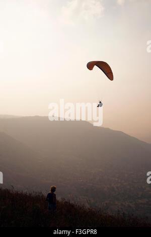 Gleitschirm fliegen hoch in den Himmel zu genießen; Panchgani; Maharashtra; Indien - Stockfoto