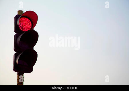 Ampel-Licht; Rot bedeutet Stop; Mumbai Bombay; Maharashtra; Indien - Stockfoto