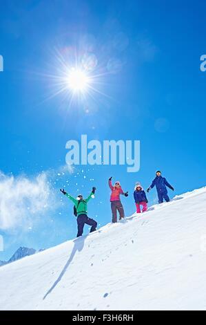 Familie auf Skiurlaub, Chamonix, Frankreich - Stockfoto