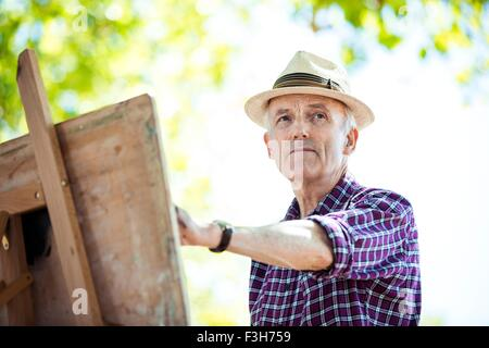 Senior woman Zeichnung im Park, Hackney, London - Stockfoto
