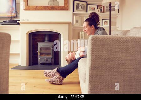 Mutter und Baby Boy Spielen im Wohnzimmer - Stockfoto