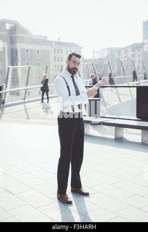 Porträt von stilvollen Geschäftsmann Befestigung Ärmel am Steg - Stockfoto