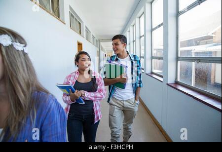 Studenten Flur hinunter, im Chat - Stockfoto