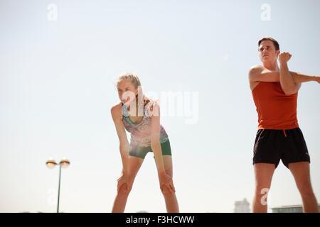 Läufer, die Dehnung während der Übung - Stockfoto