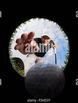 Blick durchs Loch der Golfer erreichen für Golfball - Stockfoto