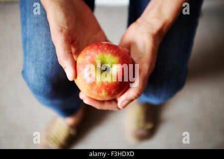 Draufsicht der Womans Händen mit roter Apfel - Stockfoto