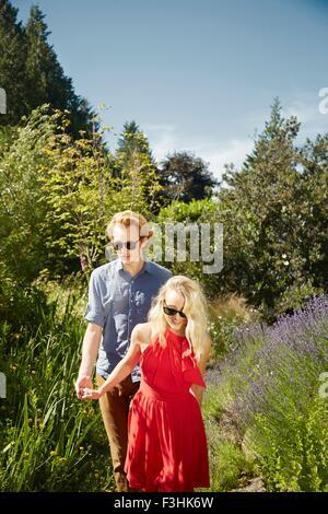 Paare, die von Lavendel im Garten, Seattle, Washington, USA