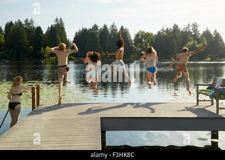 Freunde, die Spaß am See, Seattle, Washington, USA - Stockfoto