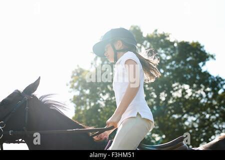 Blick auf Mädchen reiten auf Land beschnitten - Stockfoto