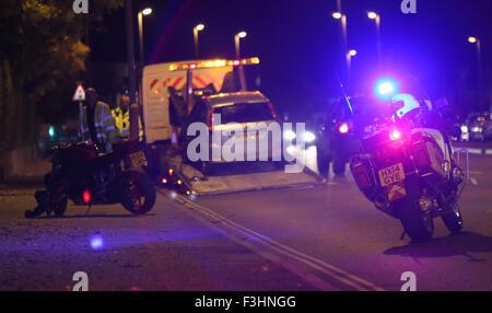 Portsmouth, Hampshire, UK. 7. Oktober 2015. Nach einem Unfall zwischen einem Motorrad und einem Auto gab es lange - Stockfoto
