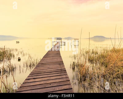 Hölzerne Pier in ruhiger See Balaton-Ungarn - Stockfoto