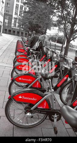 TFL London rot Vermietung Fahrräder mieten in Canary Wharf mit neuem Sponsor Gewand der Santander-London UK (B&W - Stockfoto