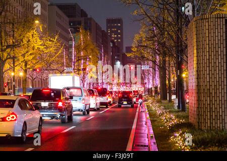Japan, Osaka. Hikari Renaissance 2012, die Weihnachten saisonale Light Display, Hauptstraße mit Verkehr angehalten, - Stockfoto