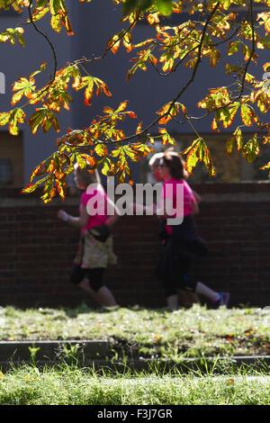 Wimbledon London, UK. 8. Oktober 2015. Jogger auf Wimbledon gemeinsame Vergangenheit farbige Blätter mit der Ankunft - Stockfoto