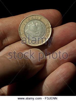 Person, die türkischen Lire Münzen - Stockfoto