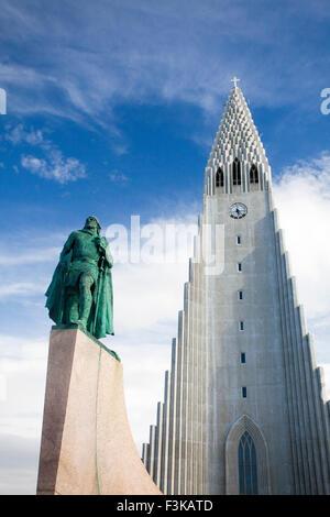 Hallgrimskirkja Kirche und Statue von Viking Explorer Leif Erikson, Reykjavik, Island. - Stockfoto