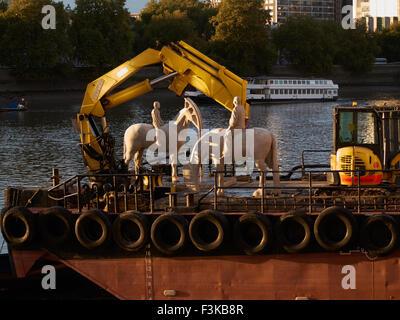 London, UK. 8. Oktober 2015. Die Skulptur von vier Fahrern rittlings auf Pferde mit Ölpumpen für Köpfe wurde entwickelt, - Stockfoto