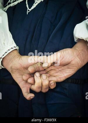 3. Oktober 2015 - ältere Bäuerin, die Hände hinter dem Rücken verschränkt halten © Igor Goiovniov/ZUMA Draht/Alamy - Stockfoto