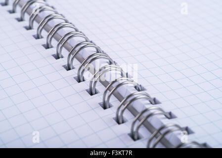 Gelochtes Notebook mit Bettwäsche kariert - Stockfoto