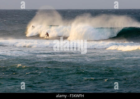 Wawes und Surfer in Ho'okipa Strand. Maui. Hawaii. Ho'okipa Beach Park gehört zu den Top-Spots für Ozean-Sport und - Stockfoto