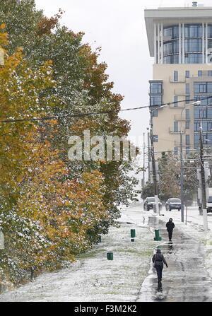 Moskau, Russland. 9. Oktober 2015. Menschen zu Fuß während eines Schneefalls. © Anton Novoderezhkin/TASS/Alamy Live - Stockfoto