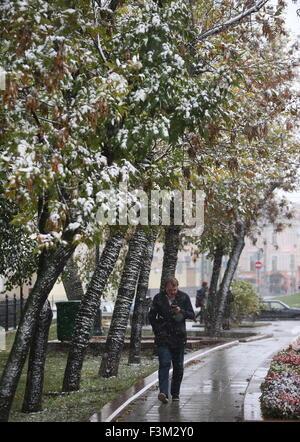 Moskau, Russland. 9. Oktober 2015. Ein Mann zu Fuß während eines Schneefalls. © Sergei Bobylew/TASS/Alamy Live-Nachrichten - Stockfoto