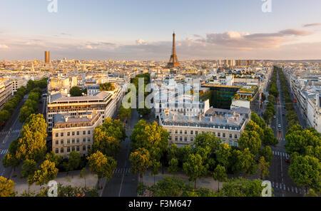 Paris von oben Dächer, den Eiffelturm, Paris Alleen mit ihren umliegenden Gebäuden präsentiert. Frankreich - Stockfoto