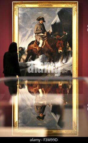 """Eine Frau betrachtet das Gemälde """"Bonaparte Überquerung der Alpen"""" des französischen Künstlers Paul Delaroche (1797 - Stockfoto"""
